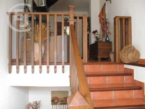 su baranda de madera nos da la bienvenida con molduras elegidas por el cliente adems los escalones cuentan con un filo de madera que