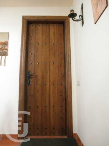 Una vez dentro de la vivienda, vemos puertas de paso dobles o ...